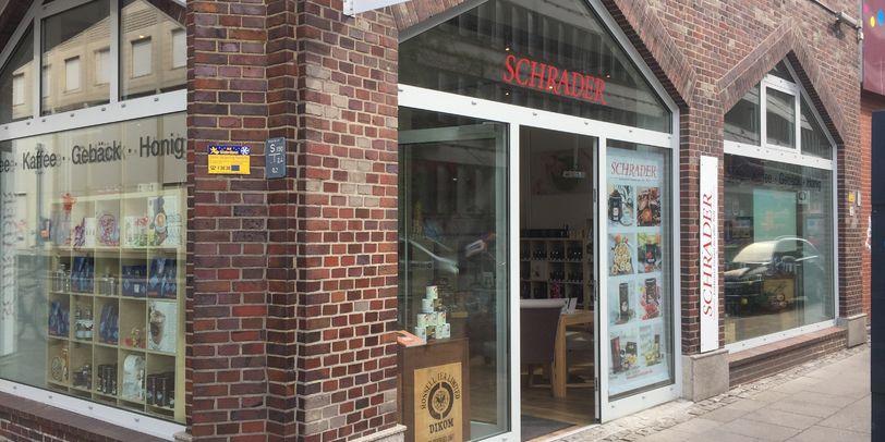 Das Tee-Geschäft Paul Schrader von außen, in einem roten Backsteinhaus.