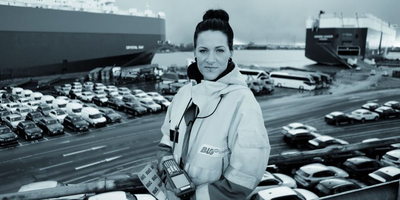 Eine Frau steht am Auto Terminal Bremerhaven.
