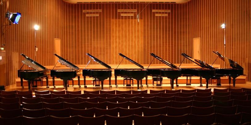 Sieben Flügel nebeneinander auf der Bühne des Sendesaal Bremen