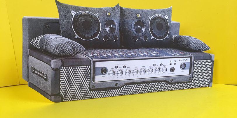 Ein graues Sofa im Mischpult-Design. Das Sofa steht in einem gelben Raum.
