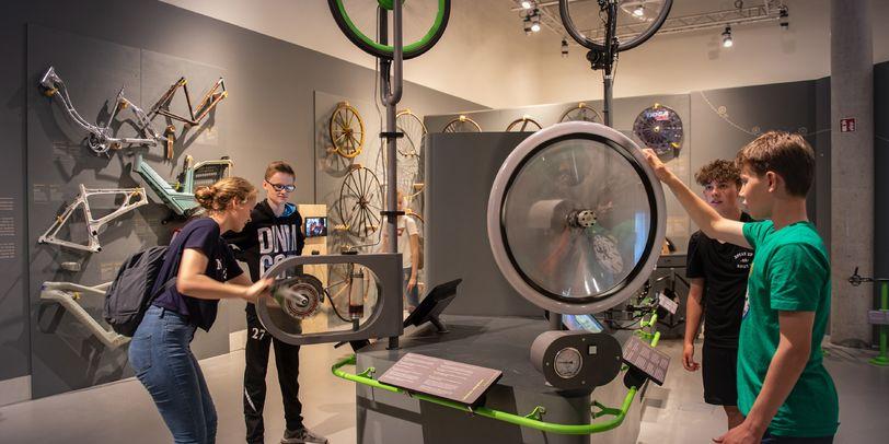 Jugendliche in einer Ausstellung