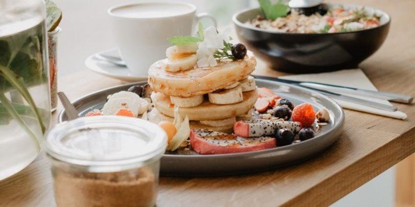 Zu sehen ist eine vegane Speise mit Pancakes.