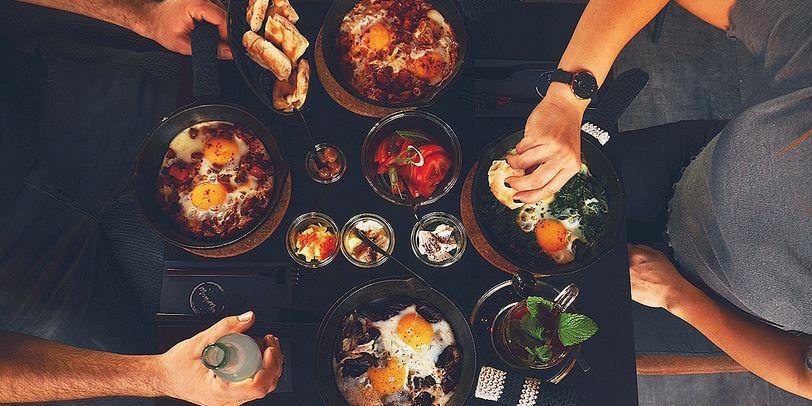 Verschiedene Gerichte von Soups and Stew stehen auf dem Tisch.