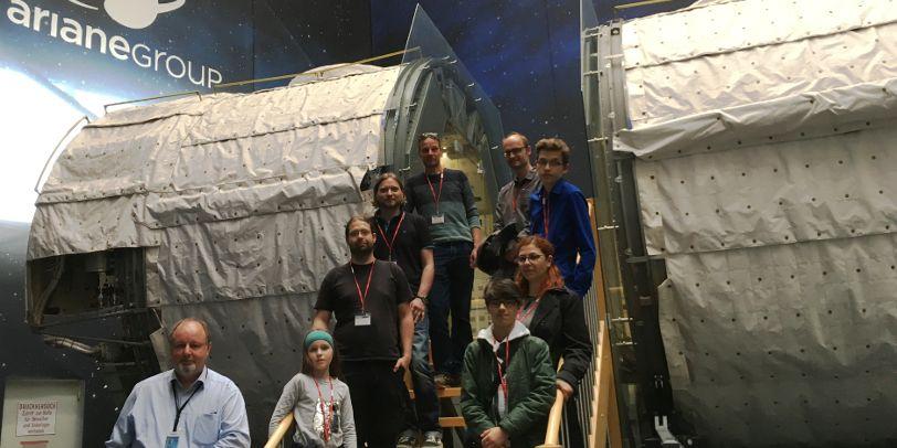 Gruppenfoto vor dem originalen Spacelab-Modul bei Airbus