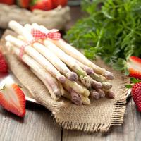 Spargel und Erdbeeren lecker angerichtet