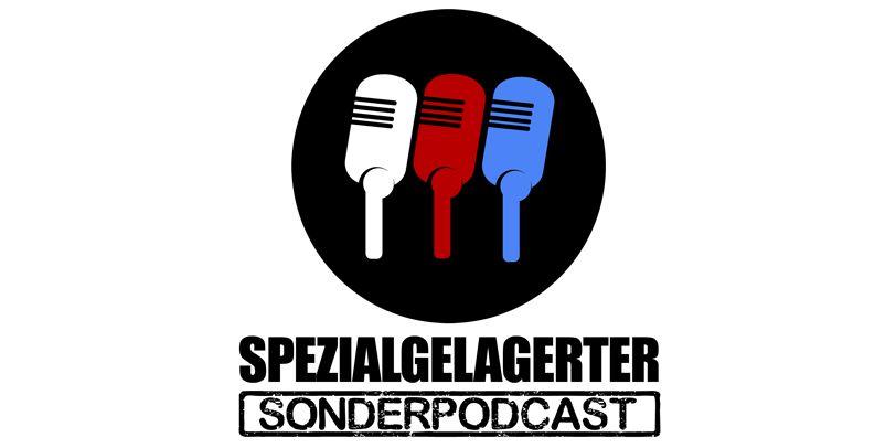 Das Logo des Podcasts Spezialgelagerter Sonderpodcast besteht aus drei nebeneinander angeordneten Mikrofonen jeweils in der Farbe weiß, rot, blau.