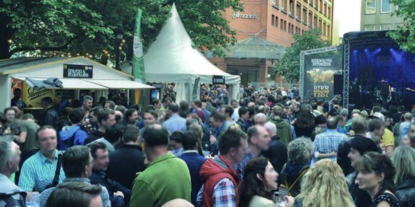 Viele Menschen sind auf dem Hillmannplatz auf dem Bierfest zu sehen.