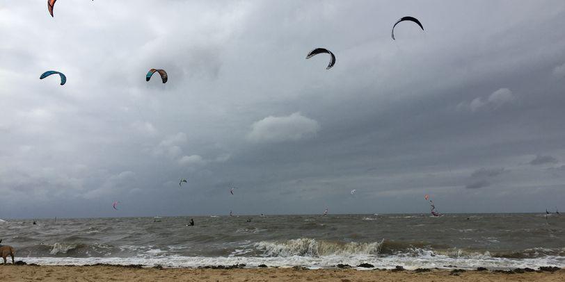 Am Strand von Sahlenburg findet man viele Wassersportarten - z.B. Kitesurfer.