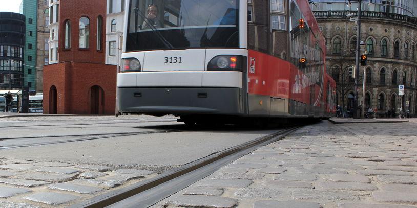 Eine Straßenbahn im Abbiegevorgang