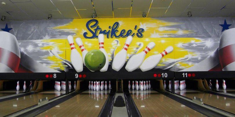 Eine Bowlingbahn mit dem Logo von Strikee's.