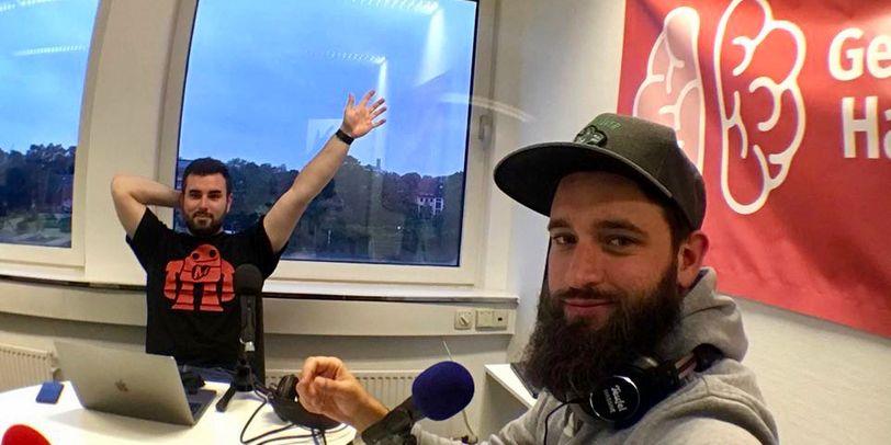 """Die beiden bärtigen Podcaster von """"Gefährliches Halbwissen"""" sitzen im Studio bei Aufnahmen."""