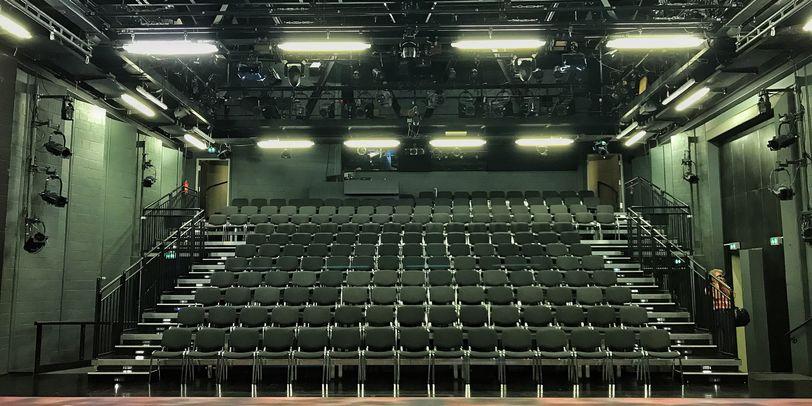 Blick aus Richtung Bühne auf die Zuschauerplätze im Theater Bremen