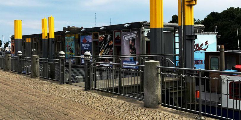 Ein Schiff an der Weser, in dem ein Theater untergebracht ist.