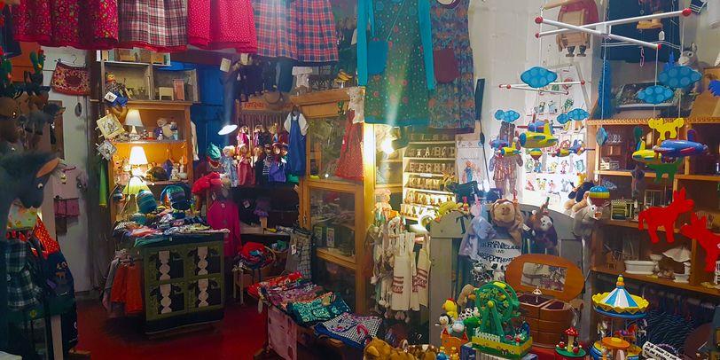 Viele kunterbunte Kleinigkeit und individuelle handgemachte Kleidung bietet der schnuckelige Laden im Schnoor.