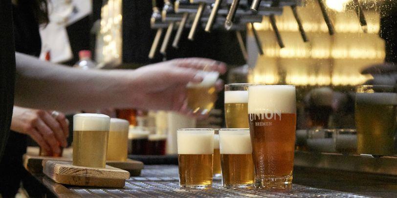Die Zapfanlage in der Union Brauerei Bremen mit mehreren kleinen Tasting-Biergläsern