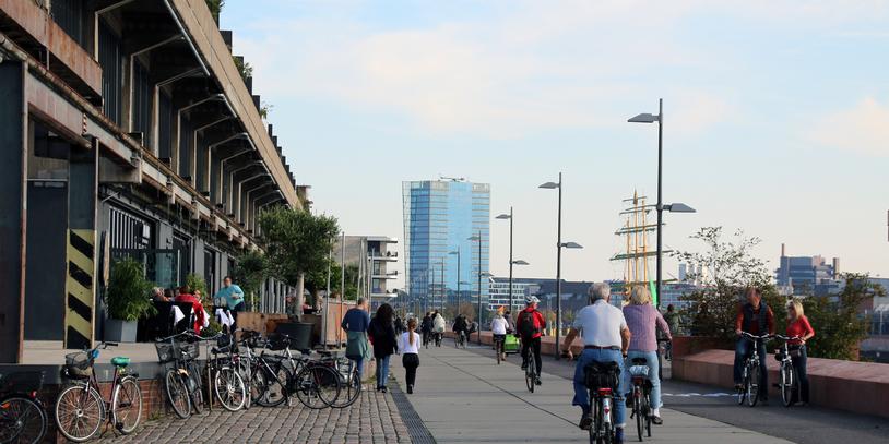 Blick auf die Uferpromenade in der Überseestadt