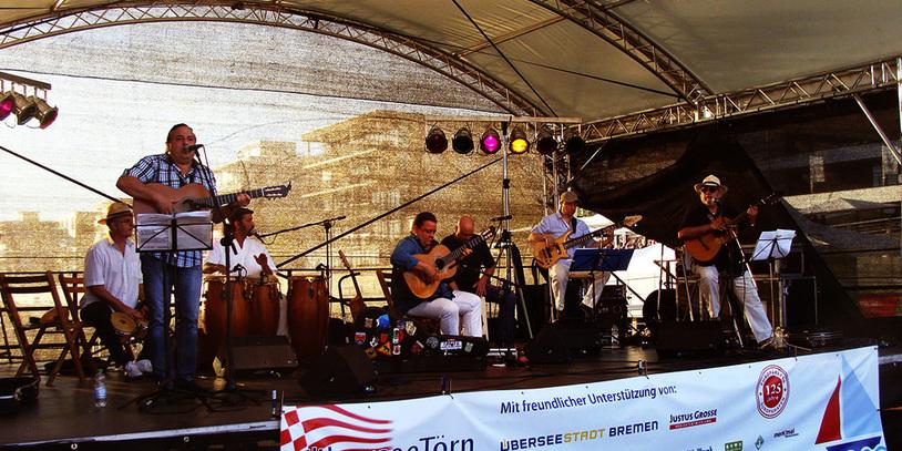 Bühne mit einem Gitarrenspieler