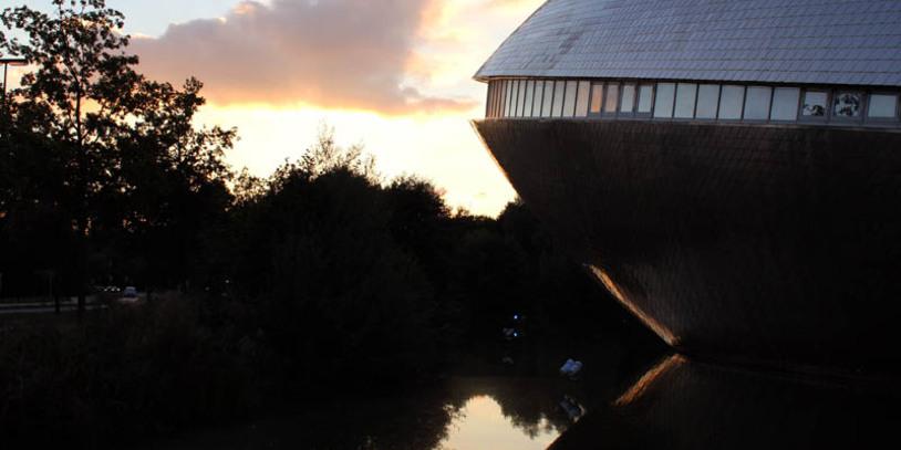 Das muschelförmige Universum Bremen in der Dämmerung