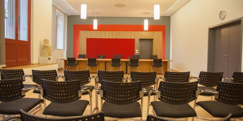 Blick in einen Verhandlungssaal