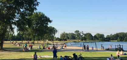 Menschen genießen den Sommer am Waller Feldmarksee (Quelle: Kultur vor Ort e.V.).