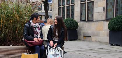 Zwei Frauen machen eine Shoppingpause in der Innenstadt
