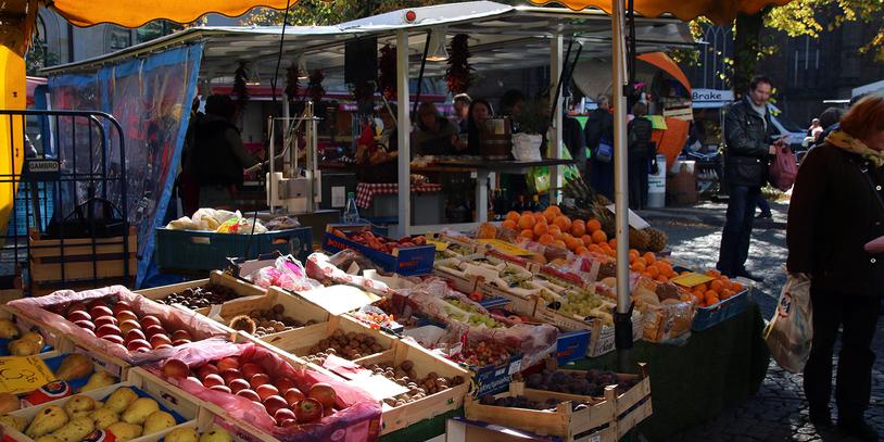 Ein Obststand auf dem Wochenmarkt
