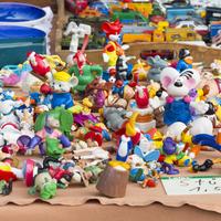 Bunte Spielfiguren auf einem Flohmarktstand; Quelle: Wirtschaftsförderung Bremen GmbH / Thomas Hellmann