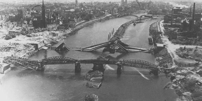 Luftaufnahme der zerstörten Weserbrücken nach dem 2. Weltkrieg, Quelle: Staatsarchiv Bremen/US Army