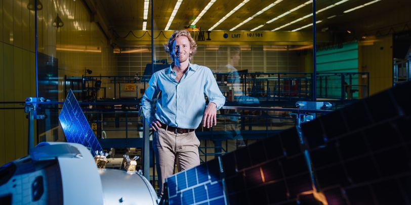 Mann vor einem Satelliten-Modell
