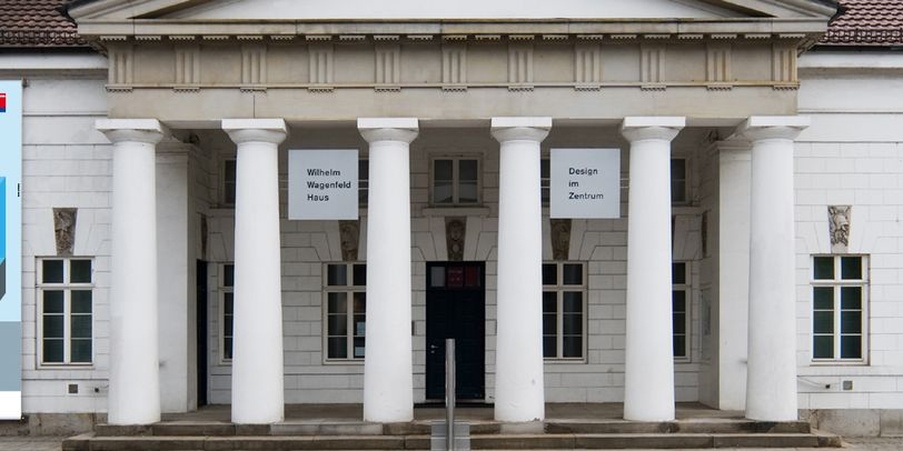 Blick auf das weiße Wilhelm Wagenfeld Haus mit Säulen am Eingang.