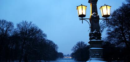 Eine Laterne im Bürgerpark bei Einbruch der Dunkelheit.