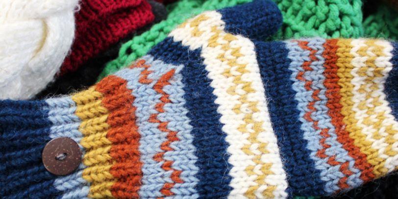 Fäustlinge, Schal und Mütze aus bunter Wolle; Quelle: bremen.online GmbH / KBU