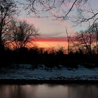 Roter Sonnenuntergang jenseits des Torfkanals in Findorff