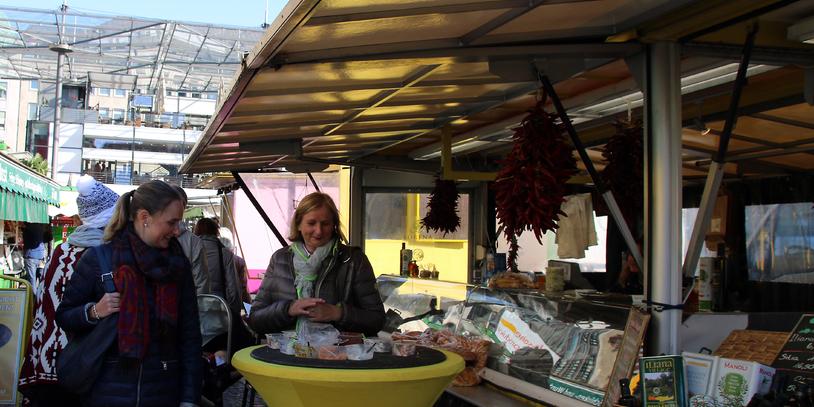 Zwei Frauen an einem Wochenmarktstand auf dem Bremer Domshof