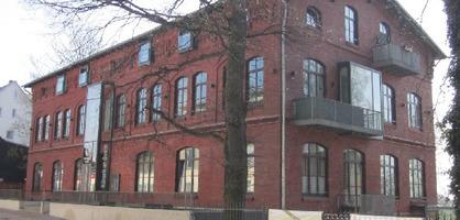 """Eine Außenaufnahme des Museums """"Köksch un Qualm"""", ein roter Ziegelsteinbau."""