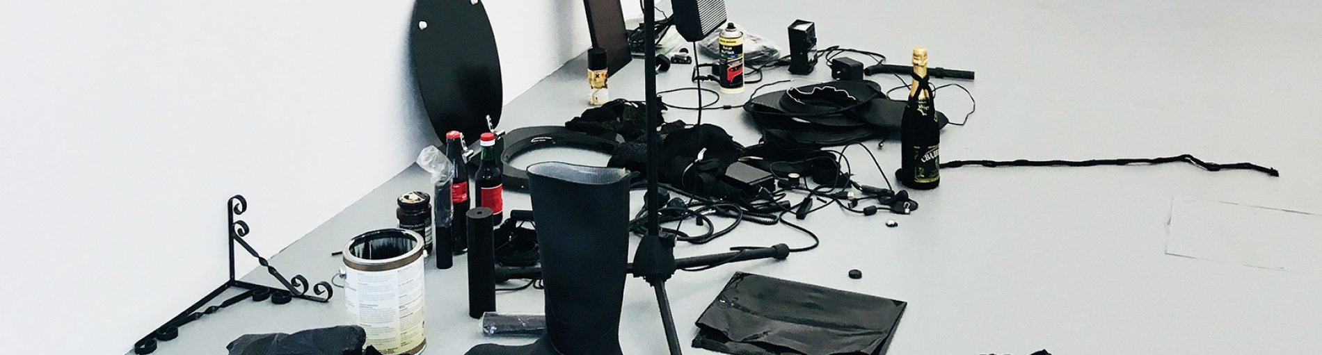 Verschiedene schwarzfarbene Gegenstände vor einem weißen Hintergrund.