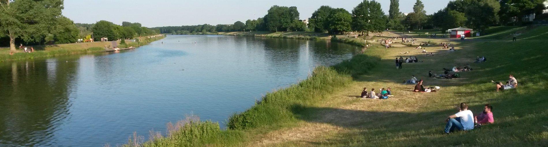 Eine Grünanlage, links ein Wasserstrom, rechts eine Wiesenfläche; Quelle: privat/MDR