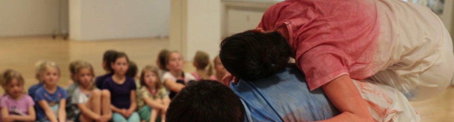 Tanzperformance vor einer Gruppe Kindern