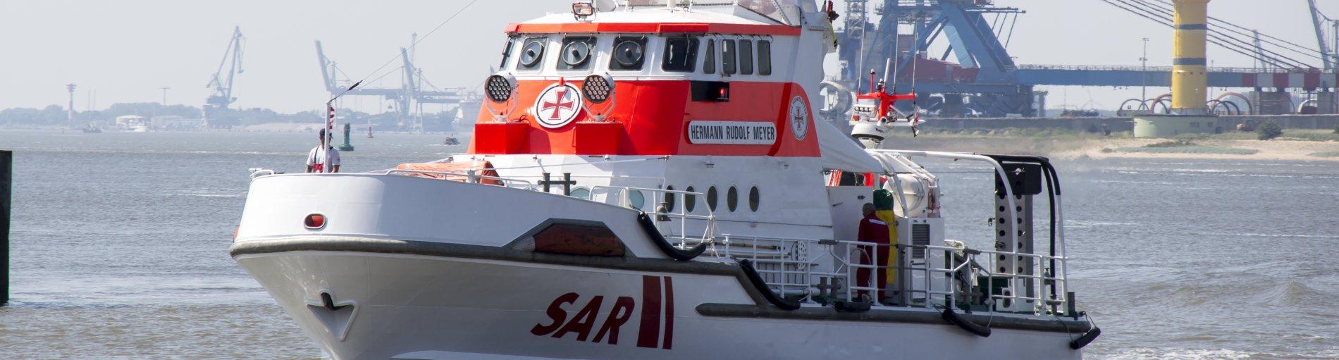 Ein Einsatzschiff der Seenotrettung auf hoher See.