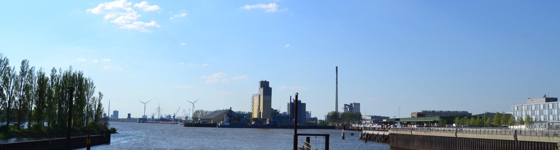 Aussicht auf ein Hafenbecken, im Hintergrund Industriebauten; Quelle: WFB/bremen.online - MDR
