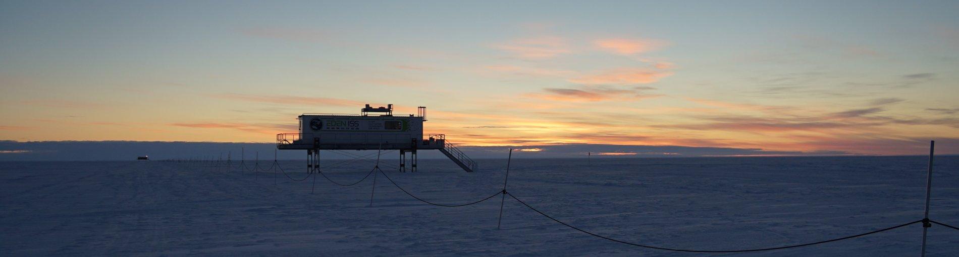Eine Forschungsstation auf Stelzen im Schnee