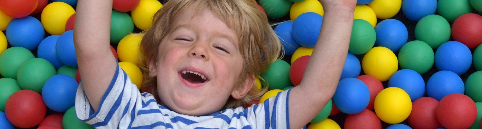 Kleiner Junge spielt im Bällebad (Foto: Fotolia / Berty)