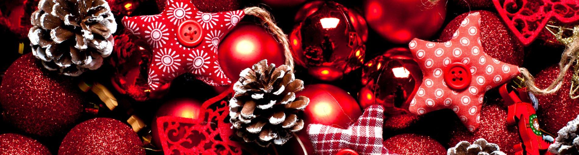 Rote Weihnachtsdeko mit Sternen und Tannenzapfen