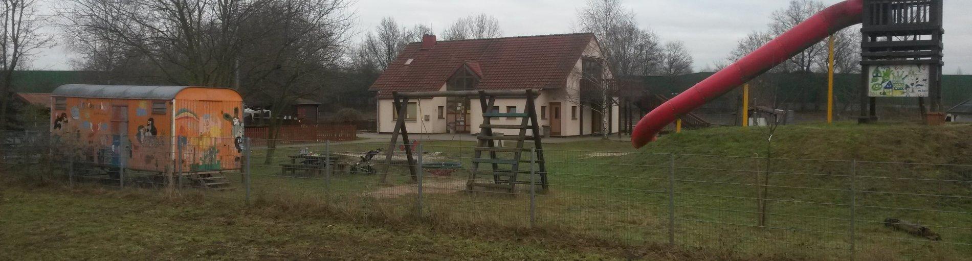 Rutsche und Haupthaus des Kinderbauernhofs Tenever