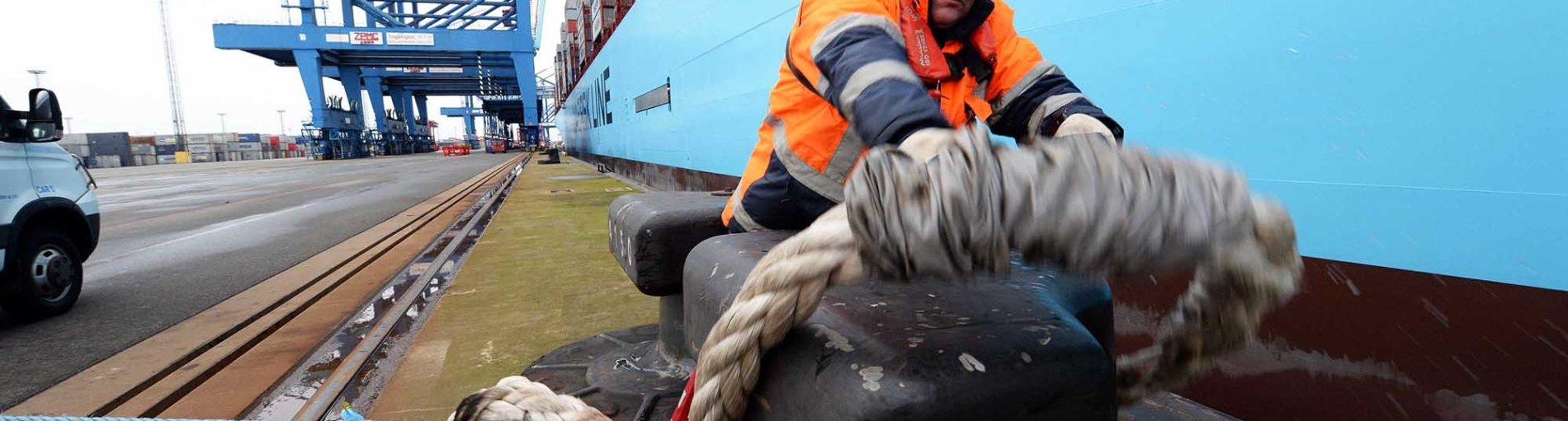 Die Morten Maersk wird von einem Hafenarbeiter am Container Terminal in Bremerhaven vertäut (Quelle: bremenports und BLG LOGISTICS)