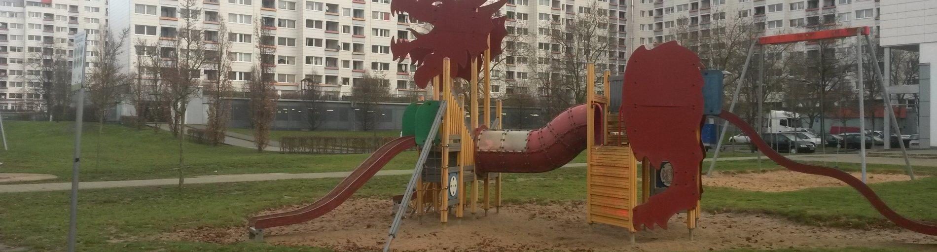 Kinderspielplatz vor Hochhäusern