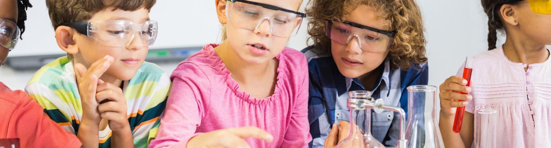 Schulkinder experimentieren im Chemieunterricht