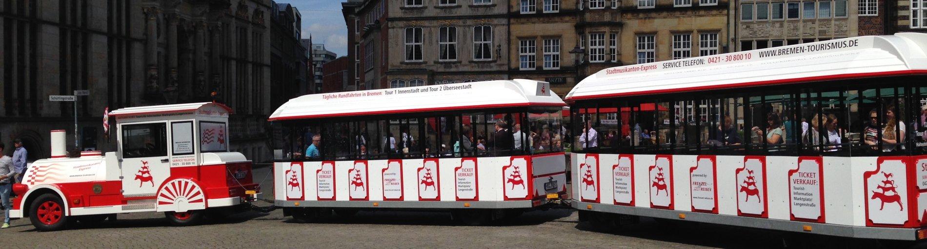 Eine weiß-rote Lokomotive, die auf dem Marktplatz steht