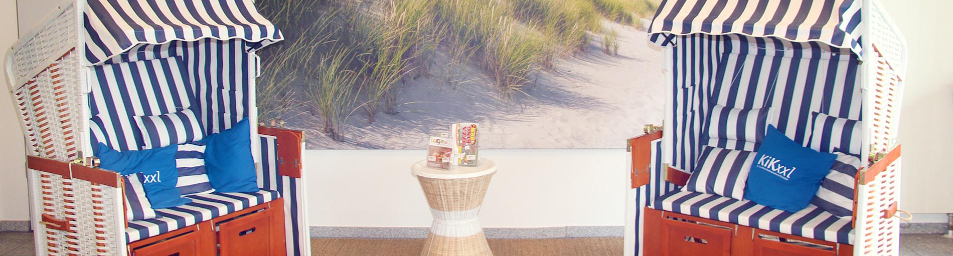 zwei Strandkörbe stehen in einem Büro