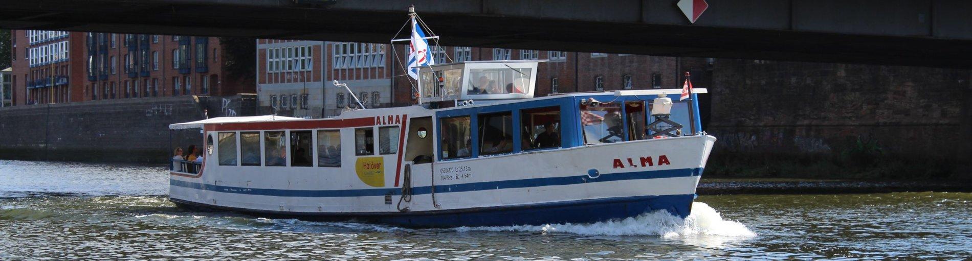 Ein Schiff auf der Weser unterhalb einer Brücke